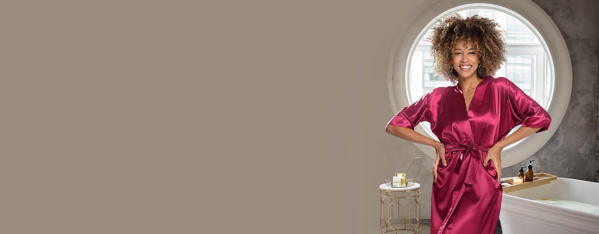 Zmysłowe i eleganckie szlafroki satynowe. Szeroki wybór wzorów i kolorów satynowych szlafroczków. Kwiatowe wzory, koronka.