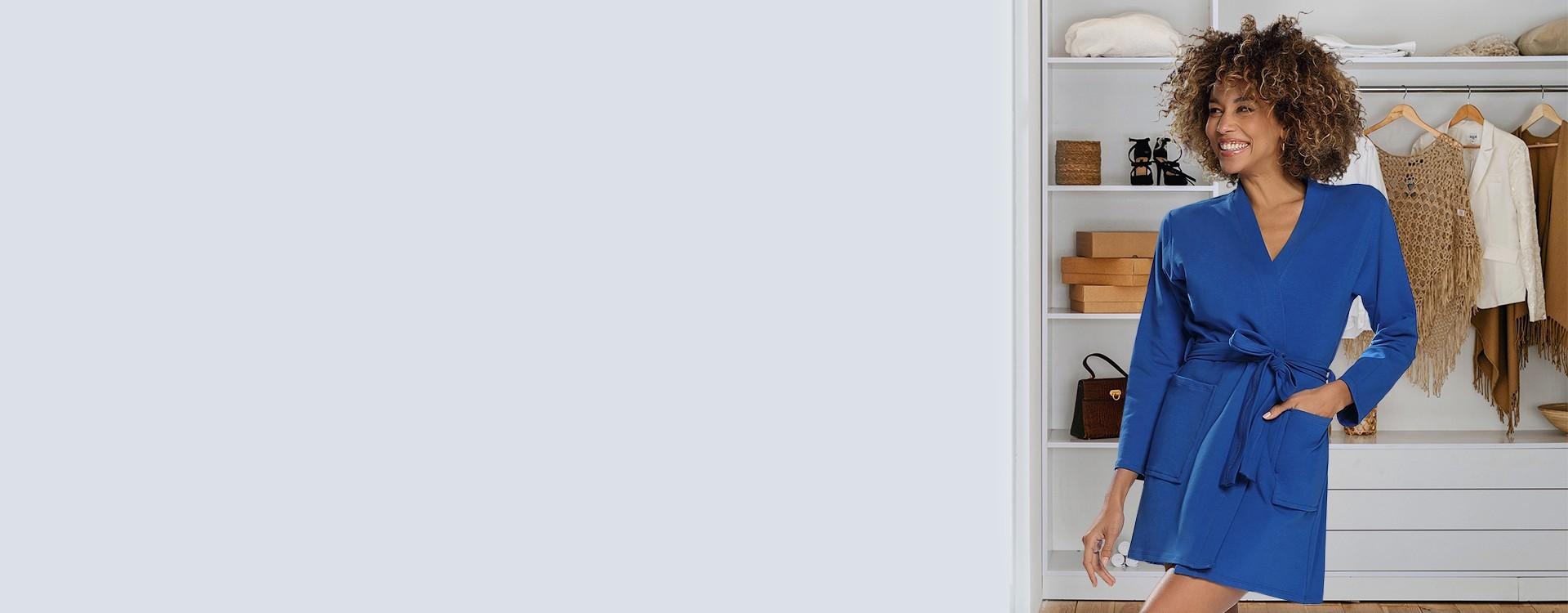Krótkie szlafroki po domu to kusząca propozycja dla Kobiet. Daj się uwieść szlafroczkom od Dkaren. Modne kwiatowe wzory na satynie.